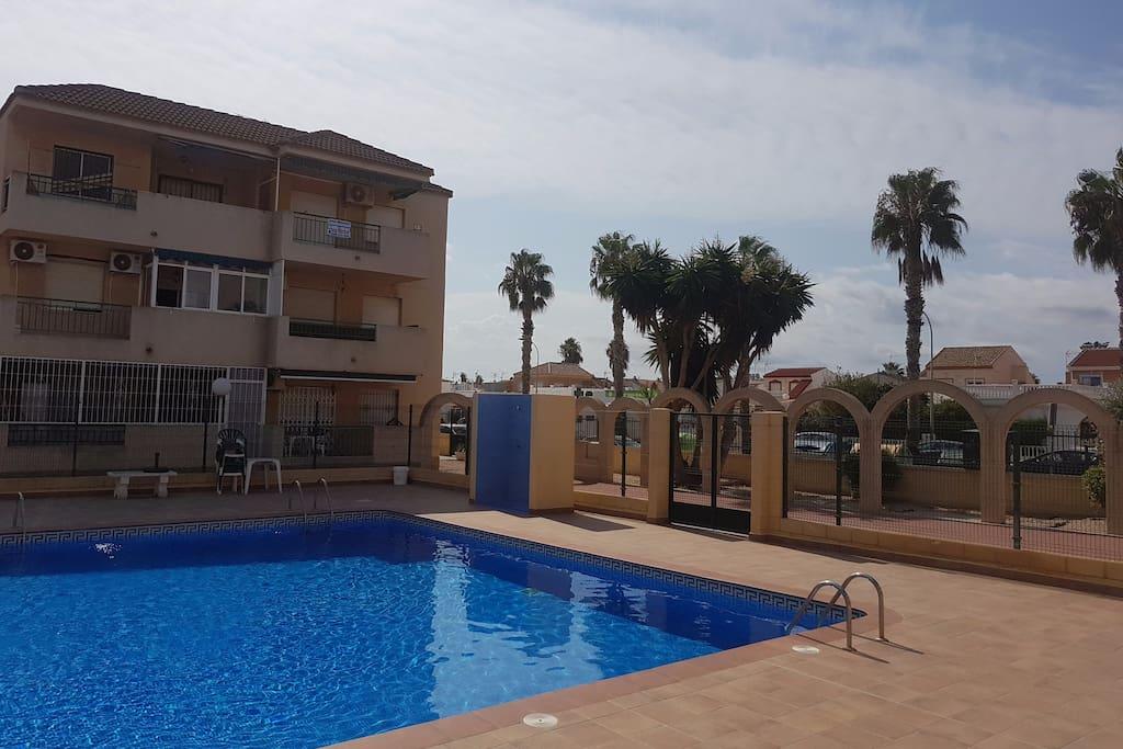 Apartamento en urbanizaci n oasis apartamentos en for Piscina los alcazares