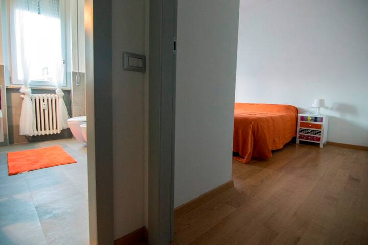 la camera e il bagno sono adiacenti/ensuite bedroom
