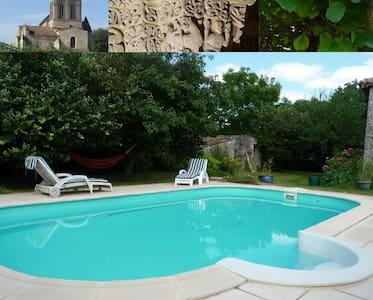 Gîte avec piscine en Saintonge - Montpellier-de-Médillan - House