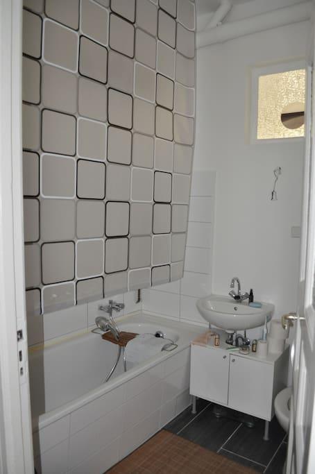 Bad mit Badewanne, einen Spiegelschrank gibt es auch