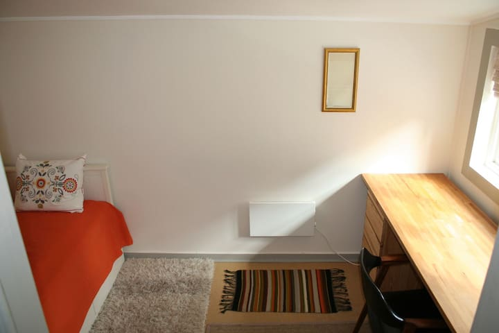 "Our small and cozy ""Kvisten room"", (Bergen city)"