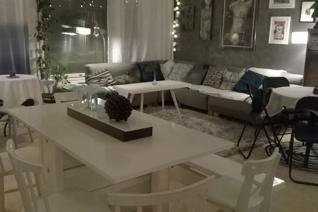 Olohuone on suuri ja avara.