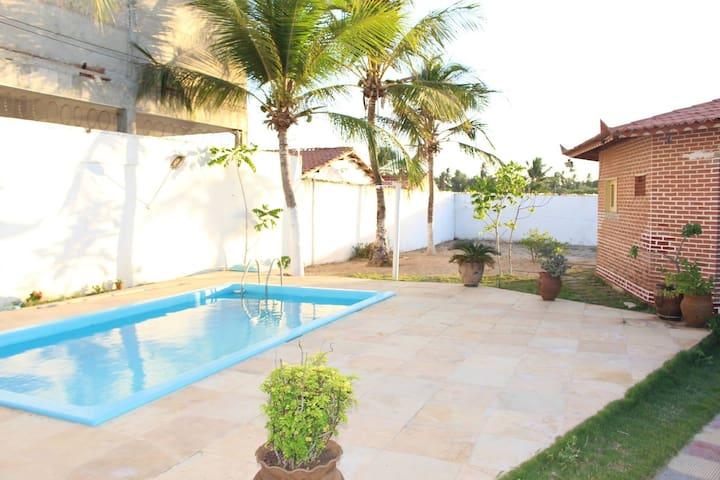 Casa ampla com piscina a dois quarteiroes da praia