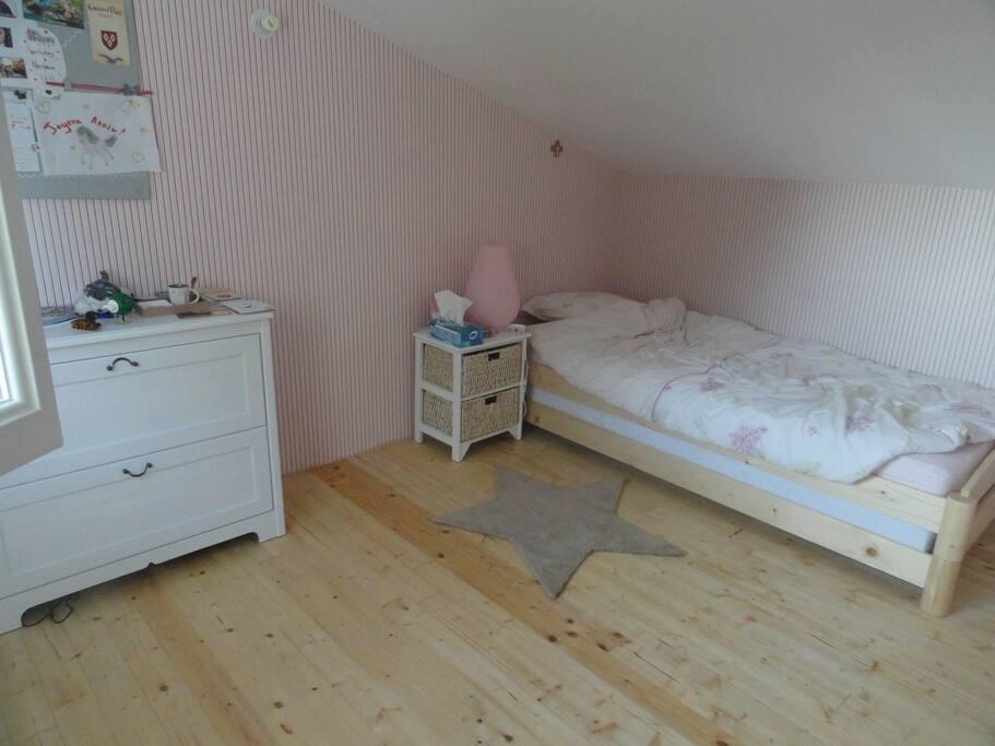 Chambre rose à l'étage