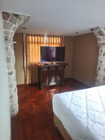 "Habitación con lajas de  piedra labrada,cama extra matrimonial  king  en  estreno,tv de 50"" ultra delgada,enorme closet."