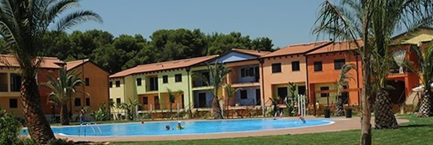 Casetta in coloratissimo Residence estivo
