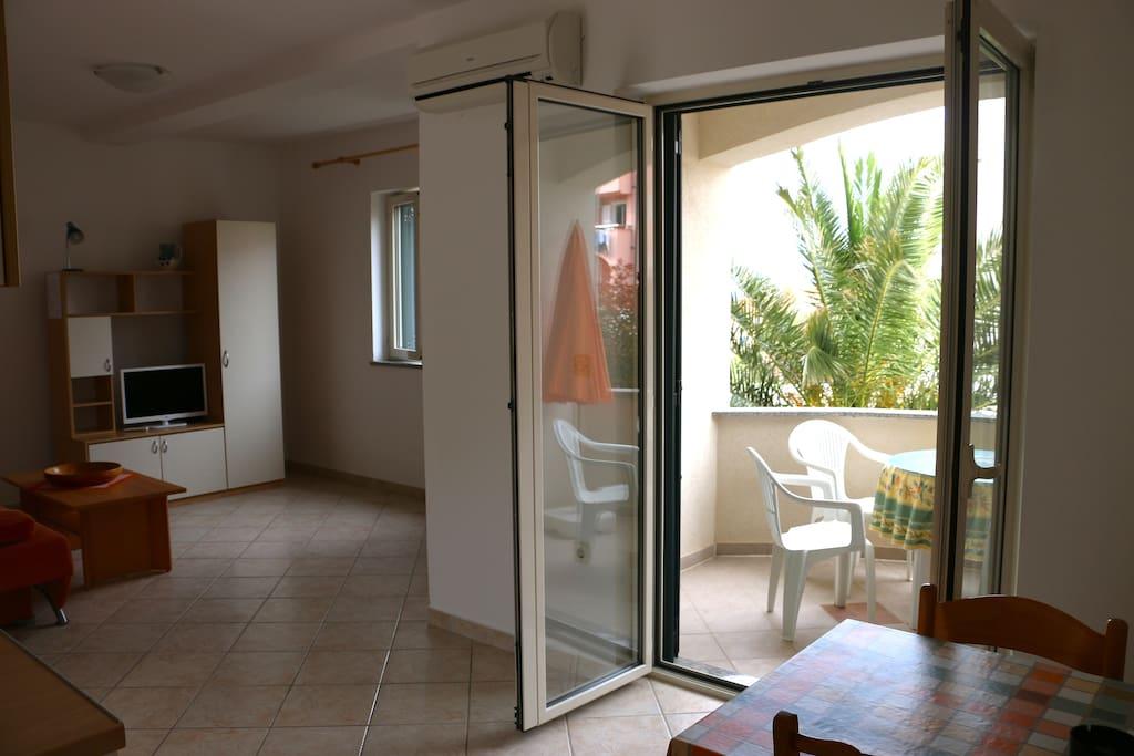 Wohn und Essbereich, mit direktem Zugang zum Balkon