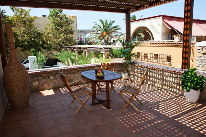 Seafront apartment in Platanias with swimming pool