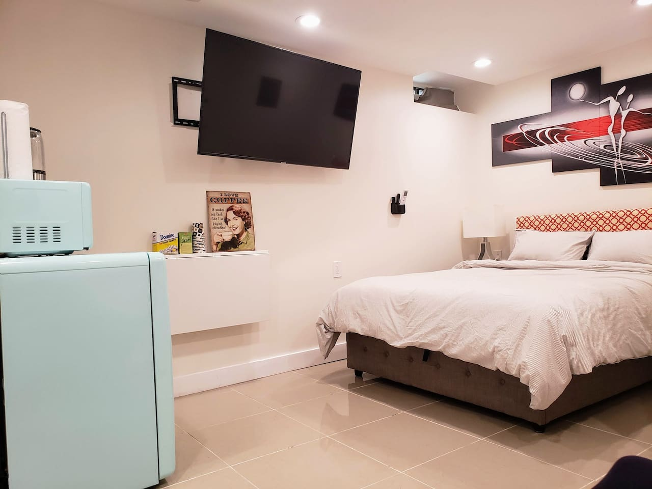 Queen Size bed With 55 inch Samsung 4K smart TV with Netflix & Amazon Prime. Heated Floor, Retro Kitchen