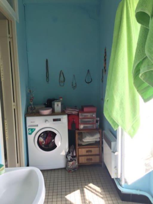 Salle de bain - douche et lave linge.