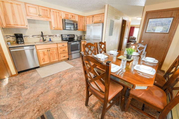 The Trailhead Townhouse - 6 blocks from YELLOWSTONE!