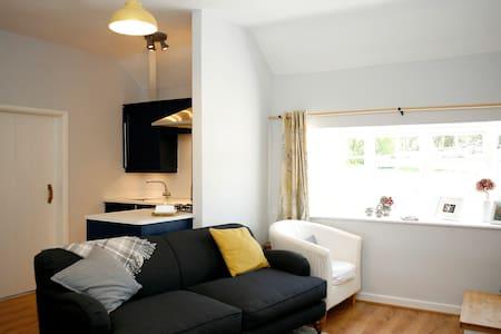 Gwyllt Cottages | Bwthyn Siwan -Double & Twin Room - Llangaffo - Haus