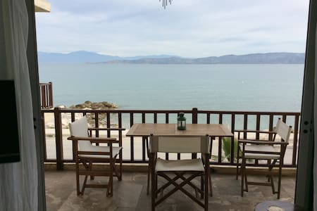 beachfront apartment with a great sea view - Perigiali - Daire