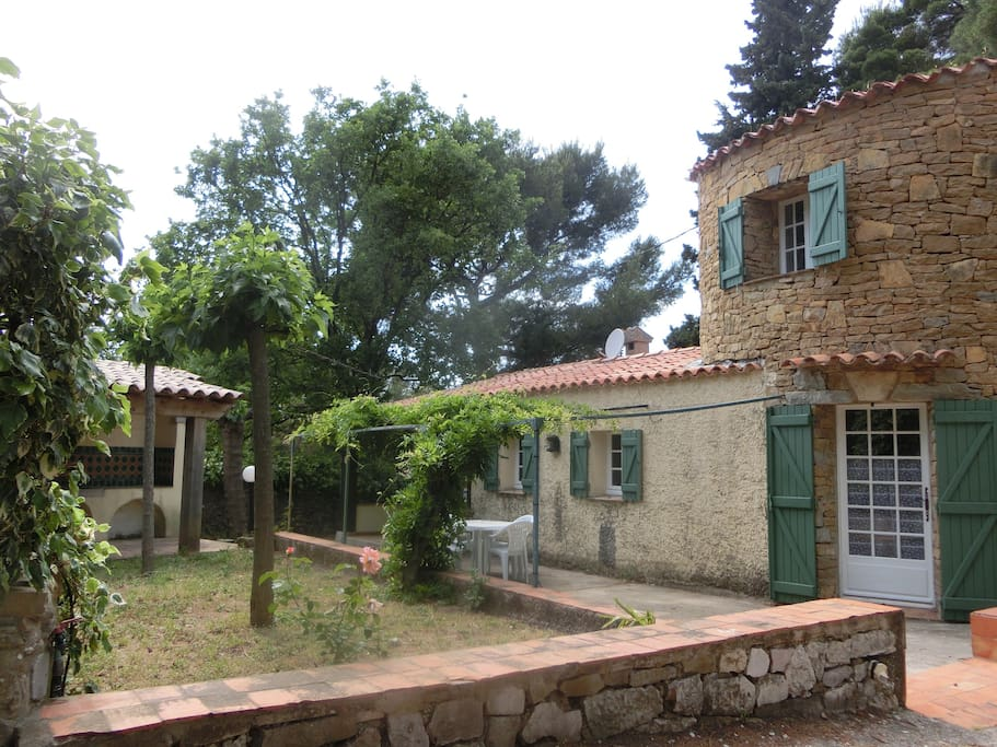 Profitez du charme provençal d'un joli pigeonnier avec sa treille, sa terrasse couverte et sa cuisine d'été.