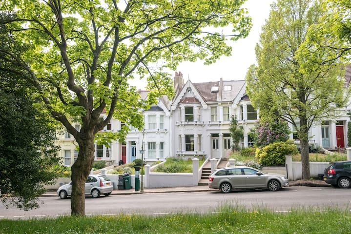 Beautiful family home opposite park - Brighton - Hus