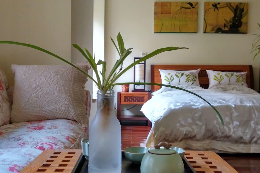 您的房间(舒适小套房),由两个连通的房间组成,中间有隔断。您还可以选择我们的优雅园景房。