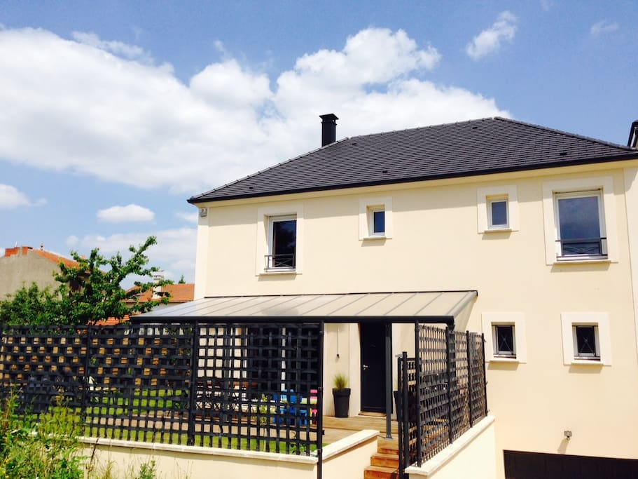 Modern family house only 20 min away from paris houses for Modern house for rent