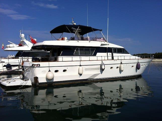 Luxusyacht in wunderschöner Marina