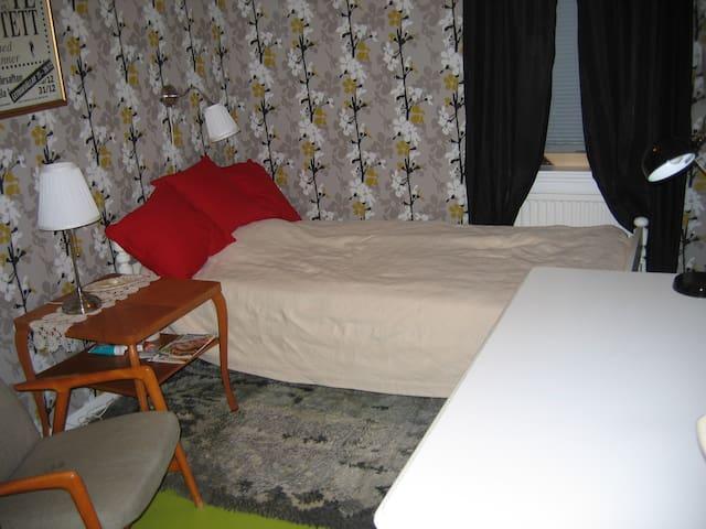Enkelrum på övervåningen, enkelsäng 105cm,350kr li - Malung