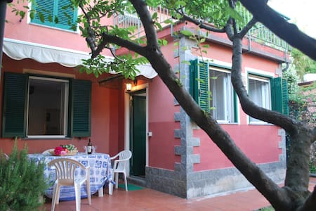 Little house with garden 50 m from the sea - Moneglia