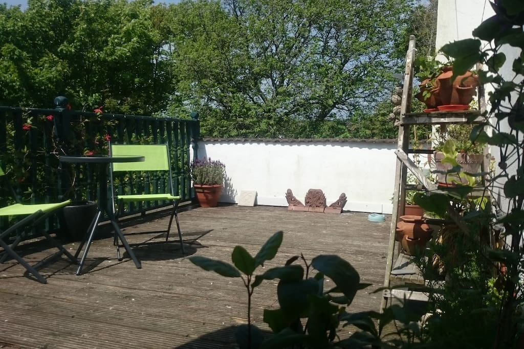 Sunny, secluded roof terrace overlooking the park