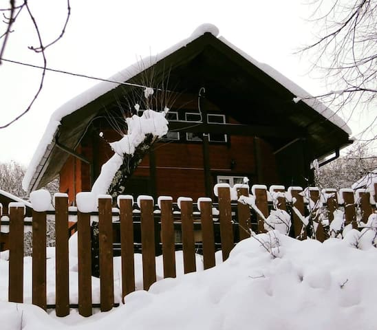 Пряничный домик в уединенном горном месте