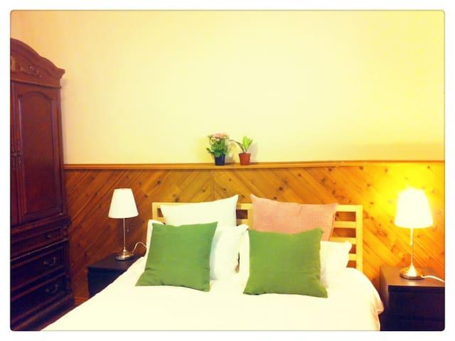 Cozy & clean 10min from Calgary Airport Bedroom#1 - Calgary - Rumah