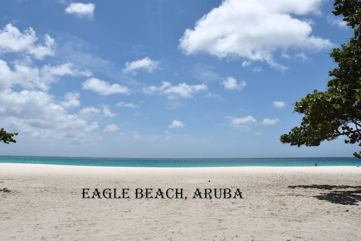 Great Townhouse walking distance to Eagle beach!
