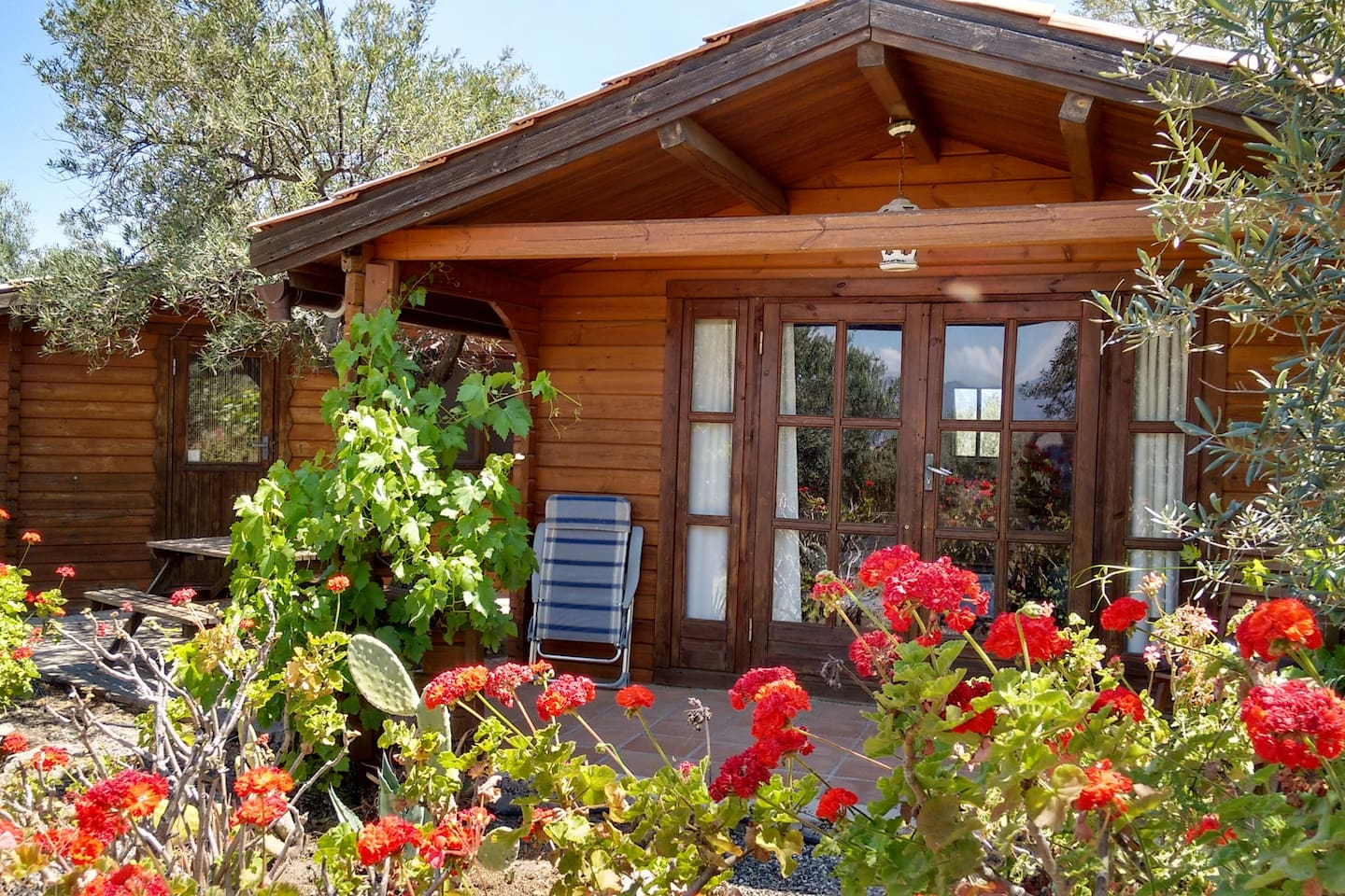 Cabana El Chorro is one of 2 cabanas at Finca La Piedra. It sleeps 4 persons (3 beds in Bedroom and 1 in  Area) but can be rearranged. Cot and High Chair available. Ask for price for baby or child. Owners live on site.
