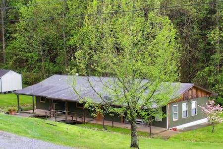 The Living at Peace Farm Bunkhouse - Greeneville - Villa
