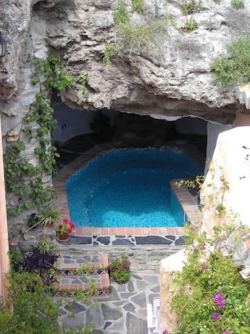piscina climatizada con jacuzzi puesta en una cueva