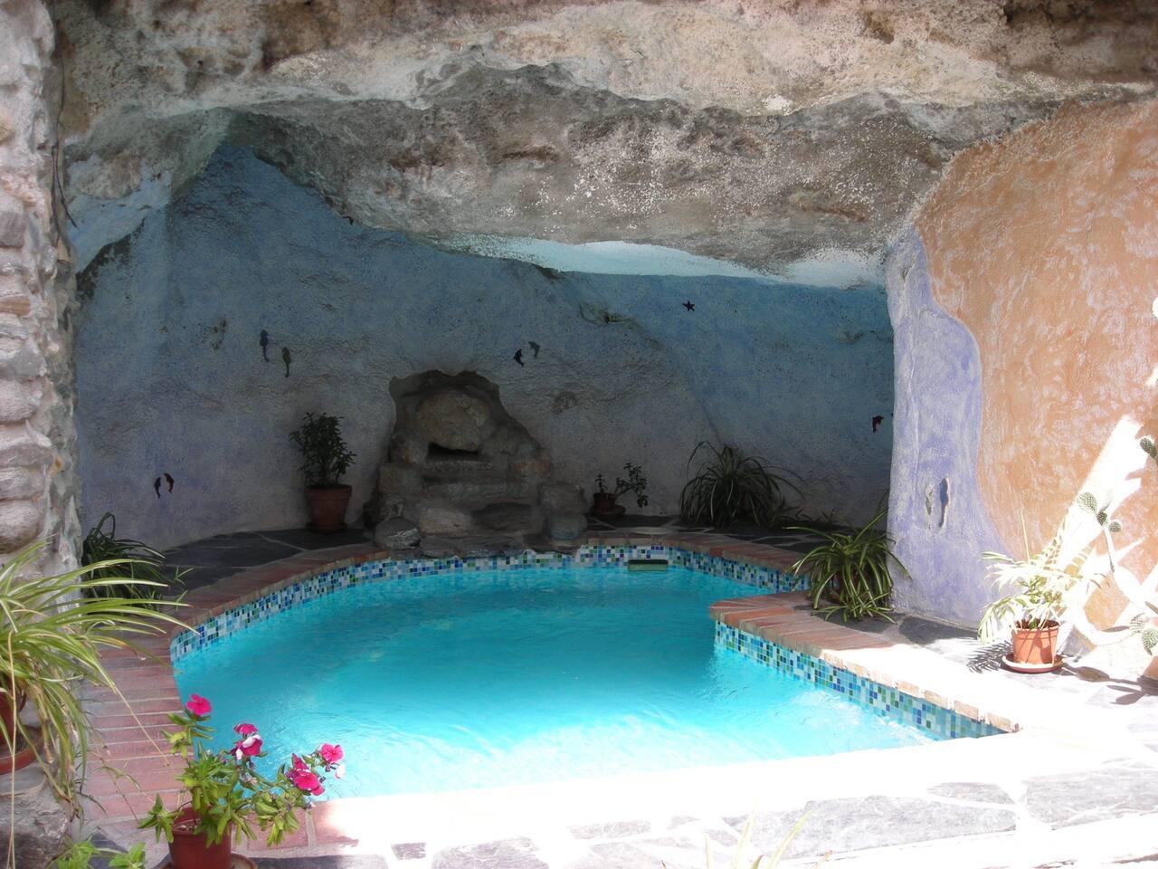 piscina climatizada con jacuzzi