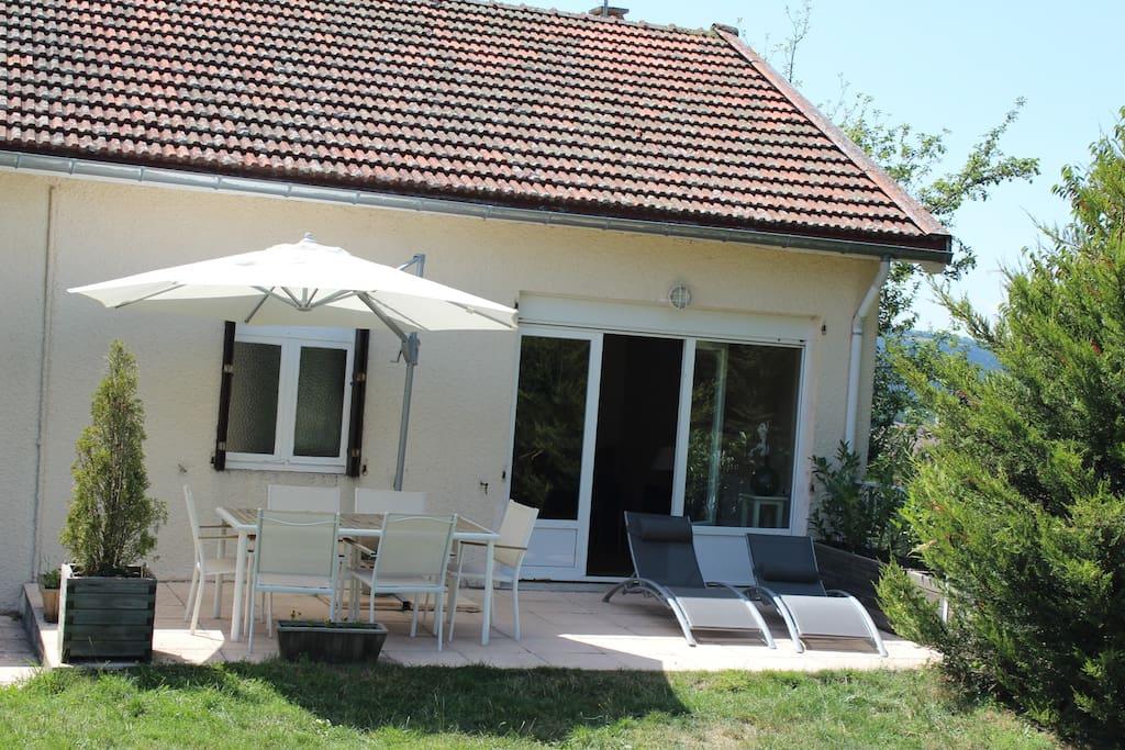Maison agréable à vivre avec une ouverture large sur la terrasse et le jardin face à la montagne ardéchoise