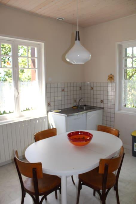 Cuisine entièrement équipée, bénéficiant d'une très belle lumière (2 fenêtres)