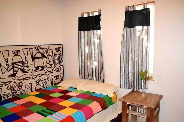 6 - Quarto com cama de casal e banheiro