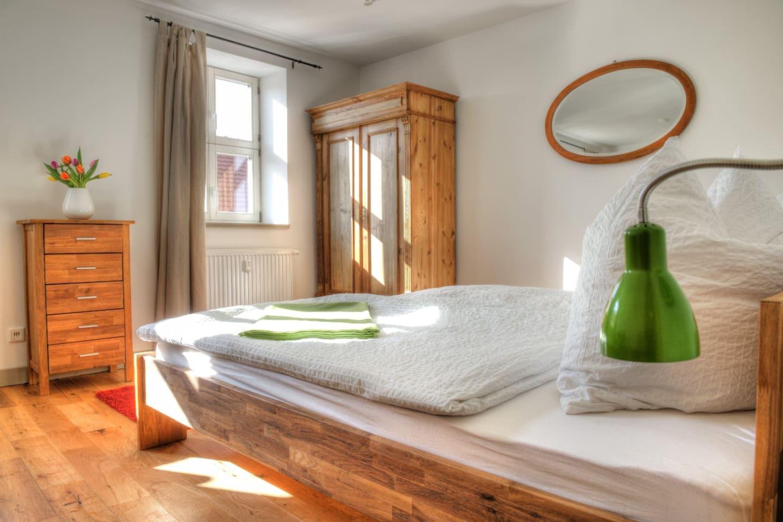 Sonniges Zimmer, schöne, aufgearbeitet, alte Möbel
