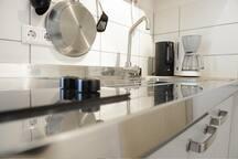 Kleine Küche mit allem, was man braucht inkl. Tee und Kaffee