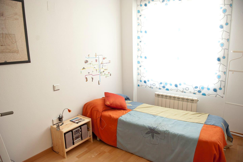 Habitacion amplia y luminosa con cama-nido.