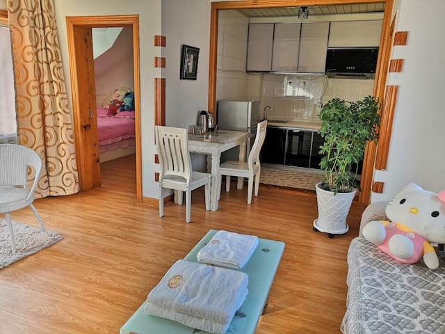 市中心美食自助入住两室一厅可做饭交通便利。