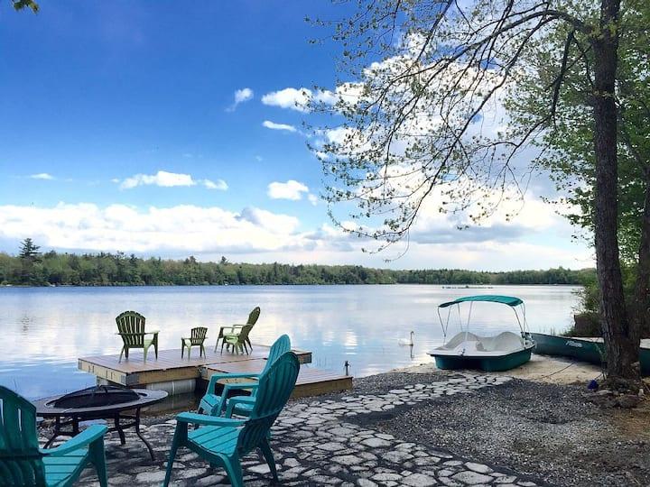 Lakefront w Hot Tub/Sauna/Boats in Heart of Pocono