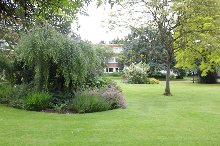 Beautiful Flat Surrounded By Gardens With Parking