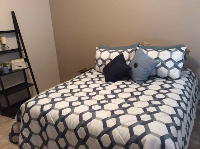 Inviting homey room / queen size bed