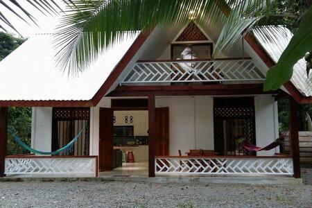 Modern Beach house- quiet street close to beach!