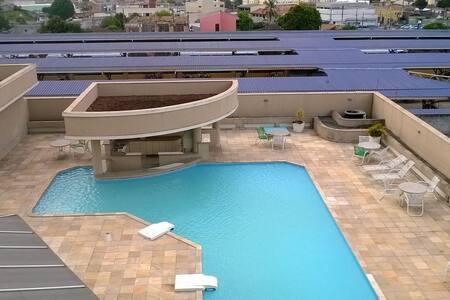 Flat com garagem e piscina.