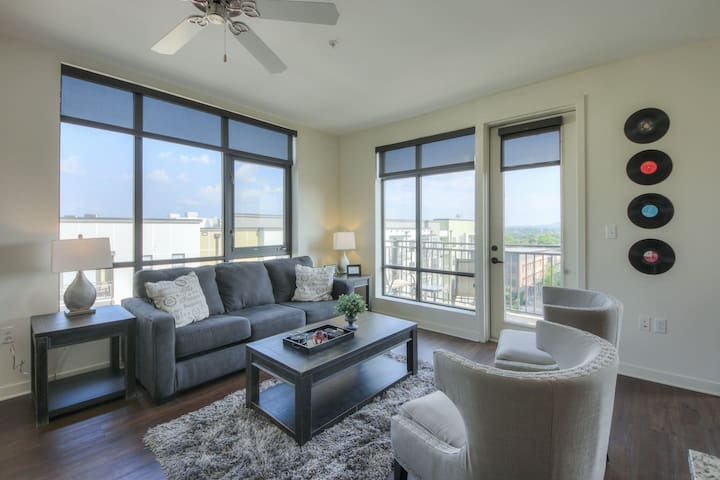 Luxurious Top Floor 2 bd2 bth Downtown Condo-#604