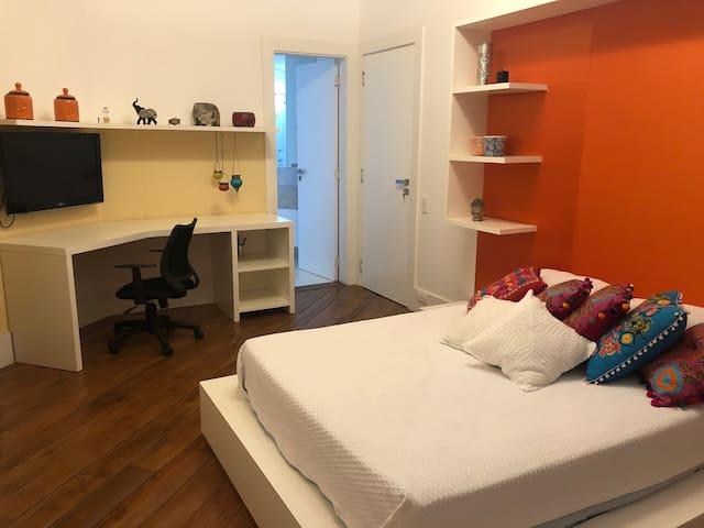 Quarto em apartamento grande