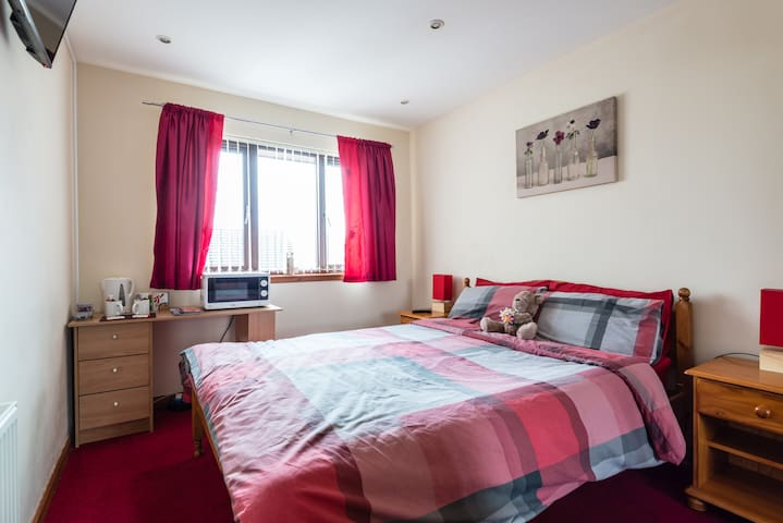 Double room & large en-suite-wifi and free parking