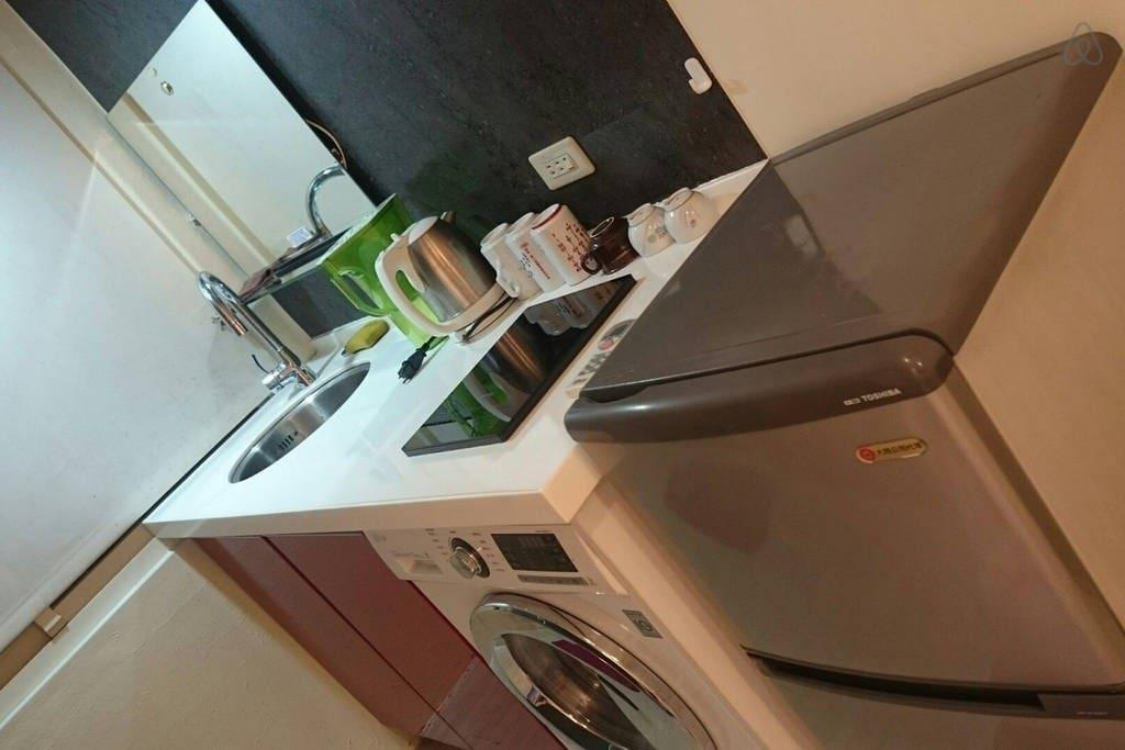 流理台洗衣間,備用洗衣精。 Multi-functional tablet with washer, electric stove and a refrigerator. Detergent is available for free. 【特別推薦相似房源】西門町(D)房,價格更優惠!  https://www.airbnb.com.tw/rooms/14145557
