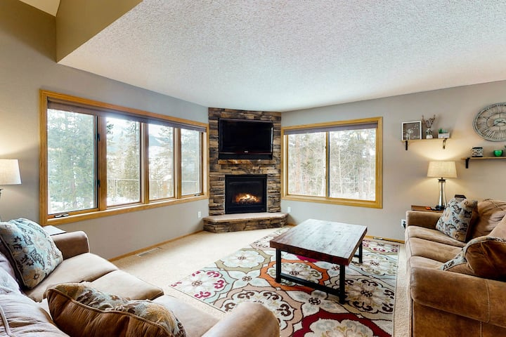 New listing! Beautiful & spacious mountain home w/ great views! Bus to slopes!