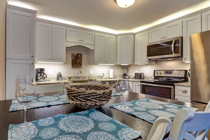 Romantic riverfront condo w/shared pools - near to downtown